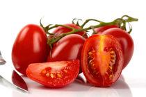 Eiertomaten mit Messer - Plum tomatoes and kitchen knife by Thomas Klee