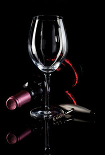 Flasche Wein auf Schwarz - Bottle of wine on black von Thomas Klee