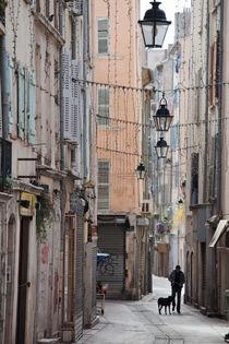 Mann mit Hund in der Altstadt von Toulon von Robert B. Fishman