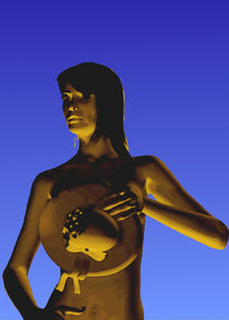 Frau vor blauem Hintergrund by Klaus Engels