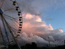 Riesenrad vor Wolken von lj