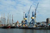 Kräne und Schiffe im Stadthafen Rostock von Sabine Radtke