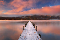 Jetty in Lake Chuzenji, Japan at sunrise in autumn von Sara Winter