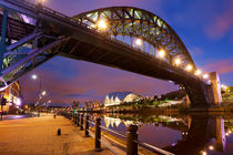 Bridges over the river Tyne in Newcastle, England at night von Sara Winter