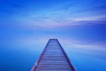 Jetty on a still lake at dawn in The Netherlands von Sara Winter