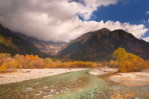 Azusa River and Autumn colours in Kamikochi, Japan von Sara Winter