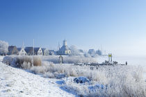 The village of Durgerdam, Netherlands in a frozen landscape von Sara Winter