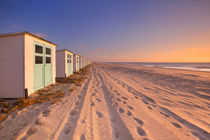 Row of beach huts at sunset, Texel island, The Netherlands von Sara Winter