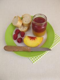 Frühstück mit zweifarbiger Pfirsich-Himbeer-Marmelade von Heike Rau