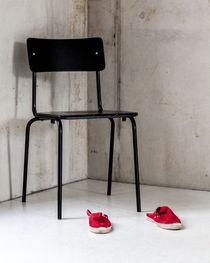 Schwarzer Stuhl, rote Schuhe by STEFARO .
