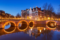 Bridges over canals in Amsterdam at night von Sara Winter