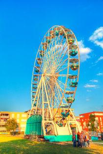 Ein großes Riesenrad auf einem Rummelplatz von Gina Koch