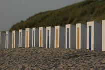 Abendstimmung mit Strandhütten bei Cadzand-Bad by freshmademedia