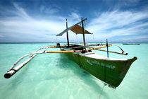 Auslegerboot an einem Strand auf der philippinischen Insel Bohol von Thomas Klewar
