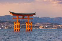 Miyajima torii gate, near Hiroshima, Japan von Sara Winter
