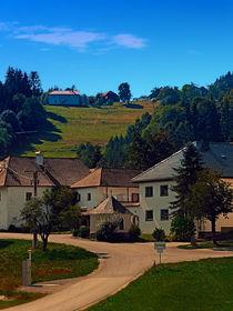 Kleine Siedlung an Herbstlandschaft von Patrick Jobst