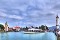 Ein Schiff fährt in den Hafen von Lindau am Bodensee von Gina Koch