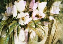 Weiße Tulpen in Vase -abstrakt von Chris Berger