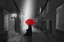 Frau unter einem roten Regenschirm  by Monika Juengling