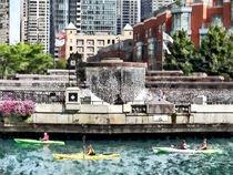 Kayaking on the Chicago River Near Centennial Fountain von Susan Savad