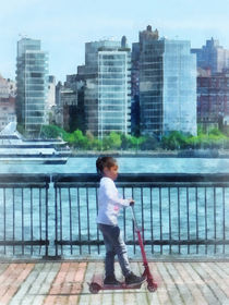 Manhattan - Little Girl on Scooter by Manhattan Skyline von Susan Savad
