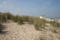 Sanddünen mit Badehäuschen am Strand von Breskens von freshmademedia