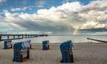 Strandkörbe vor Regenbogen an der Ostsee von Klaus Tetzner