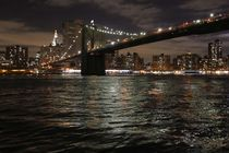 Die Lichter der Brooklyn Bridge bei Nacht by ann-foto