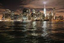 Nächtliche Skyline des Big Apple mit dem Leuchten des  Friedensturm by ann-foto