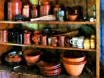 Bowls and Cups in Pantry von Susan Savad