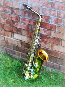 Saxophone Against Brick von Susan Savad