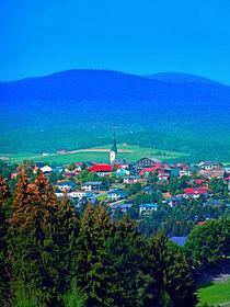 Dorf unter den Bergen von Patrick Jobst