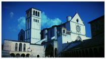 Assisi Basilika vor Azur-Himmel von Caro Rhombus van Ruit
