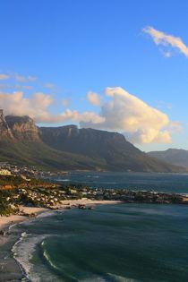 Am herrlichen Strand von Kapstadt mit Tafelberg im Hintergrund von Mellieha Zacharias