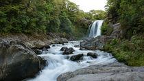 Wasserfall im Wald von Sandra Schulze