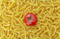 Tomate mit Fusilli Nudeln als Hintergrund von wsfflake