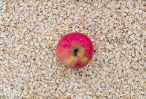 Apfel auf Haferflocken als Hintergrund von wsfflake