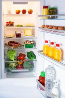 Geöffneter Kühlschrank gefüllt mit Lebensmitteln von wsfflake