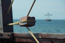 Holzrolle und Seile auf einer Kogge von Sabine Radtke