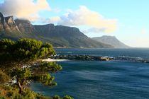 Küste bei Kapstadt mit Tafelberg in Südafrika by Marita Zacharias