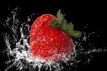 Erdbeere fällt ins Wasser von darlya