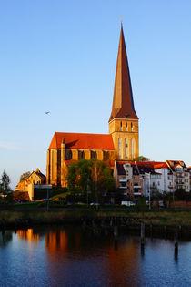 Rostocks Petrikirche im Morgensonnenschein von Sabine Radtke