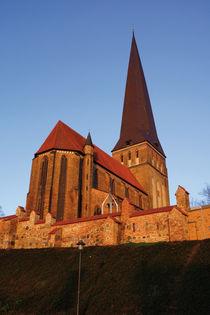 Rostocks Petrikirche im Schein der Morgenröte von Sabine Radtke