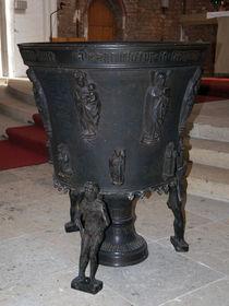 Tauffünte aus Bronze in der Rostocker Petrikirche von Sabine Radtke