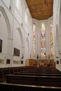 Mittelschiff der Petrikirche Rostock mit bunten Chorfenstern von Sabine Radtke