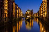 Wasserschloss Hamburg zur blauen Stunde von Jan Butzkies