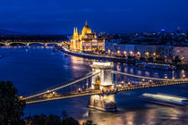Night view of Budapest at blue hour von ebjofrie