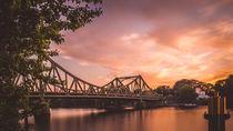 Glienicker Brücke im Sonnenuntergang von Franziska Mohr