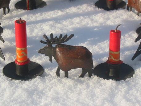 Weih-zwei-kerzen-und-dekoelch-im-schnee