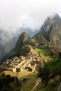 Mystische Inkastadt Machu Picchu bei Sonnenaufgang in Wolken gehüllt by mellieha